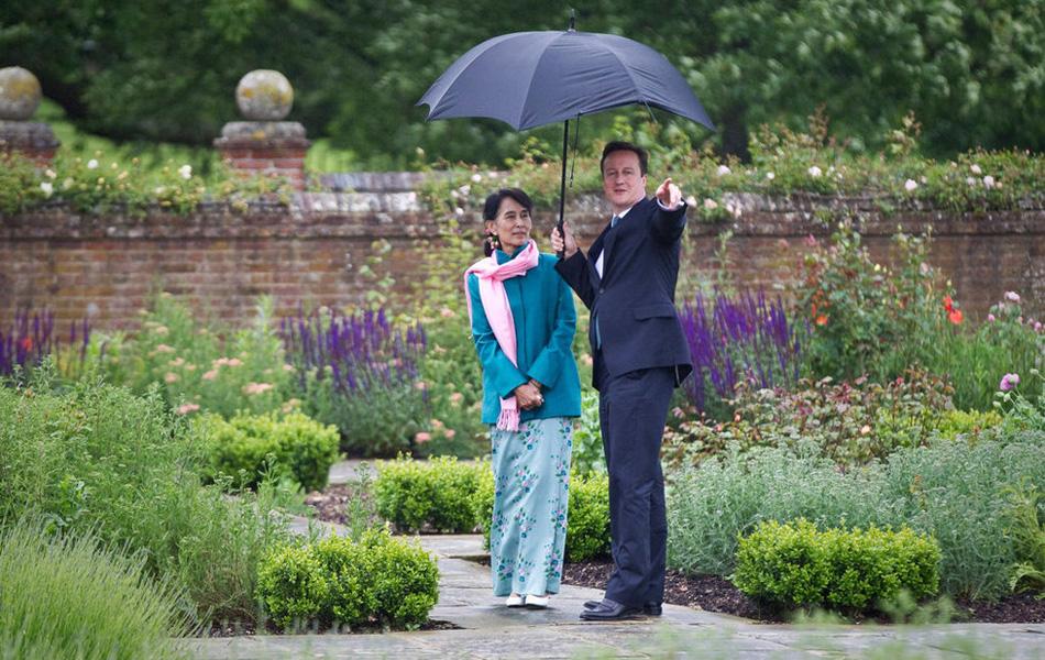 英国首相卡梅伦为昂山素季撑伞