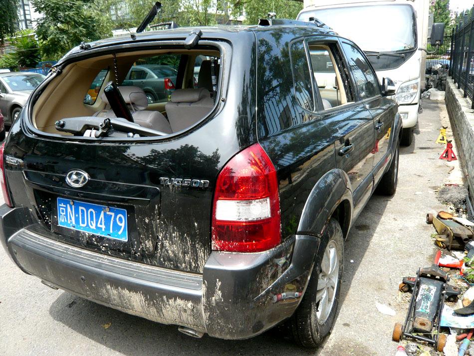7月21日晚,北京暴雨,广渠门桥下五辆车被淹,一人被困车中,救出时已生命垂危,后送医抢救无效身亡。图为广渠门溺亡车主驾驶车辆停在事发地附近。毓瑨/摄