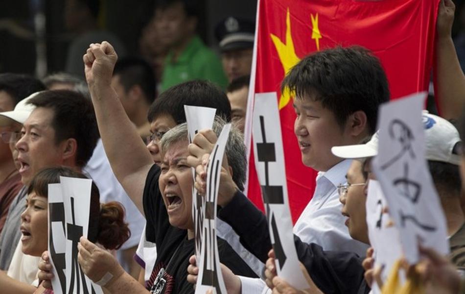 新华社北京8月17日电(记者卢国强 徐扬)17日上午,北京民众在日本驻华大使馆门前举行活动,抗议日本抓扣中国保钓人士。