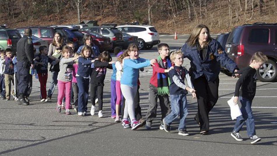 新华网华盛顿12月14日电(记者王丰丰 易爱军)美国康涅狄格州一所小学14日发生枪击案,造成重大伤亡。当地媒体报道说,包括枪手在内的近30人死亡,其中大多数为儿童。图为警察带走受惊的学生。
