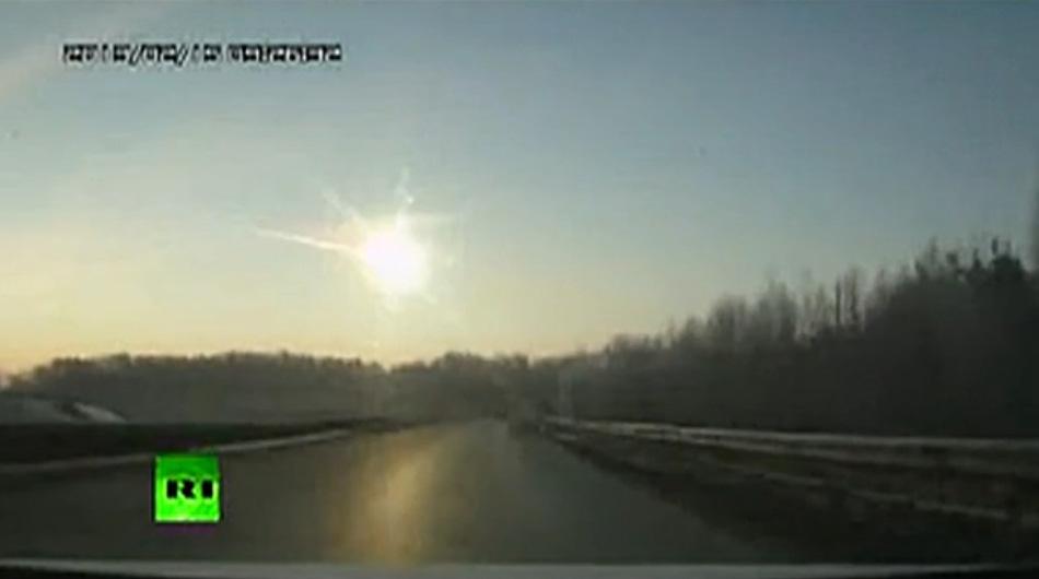 当地时间2月15日,俄罗斯车里亚宾斯克州降下陨石雨,造成700多人受伤。俄罗斯内政部称大多数被碎玻璃所伤。一个工厂屋顶坍塌约600平米。图为视频截屏,发光物体为陨石从天而降。