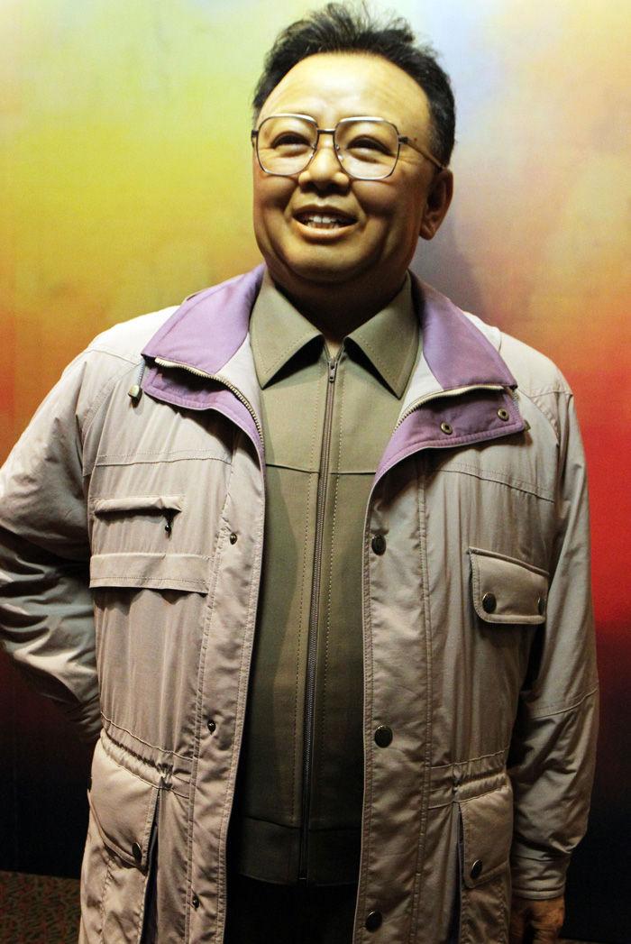 """7月9日,由中共中央对外联络部与中国伟人蜡像馆联合举办的""""向朝鲜人民赠送金正日同志蜡像活动""""在北京举行。朝鲜代表团团长、朝党中央科学教育部副部长金文景在致辞中高度评价朝中两国人民的友好关系,以及中国艺术家的精湛技艺,并代表朝鲜人民衷心感谢中国人民。中国伟人蜡像馆馆长章默雷在仪式上致辞。图为中国伟人蜡像馆精心创作的金正日蜡像。"""