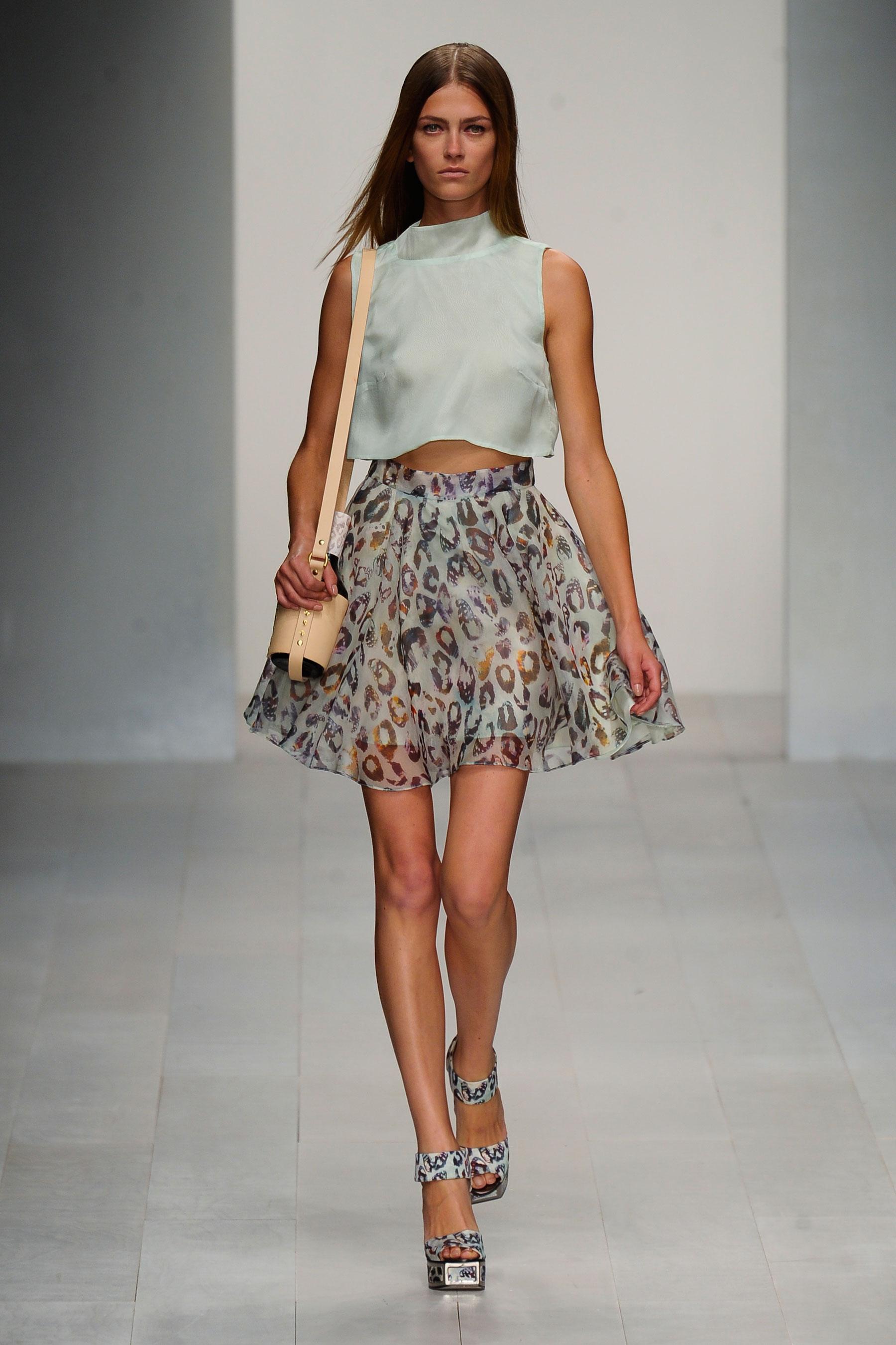 FELDER FELDER的2013春夏秀场出现了轻盈薄纱面料。加上零星点缀的碎花装饰,模特们宛若坠落到凡间的仙女。