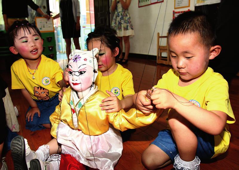 合阳县提线木偶团走进幼儿园 普及提线木偶的知识