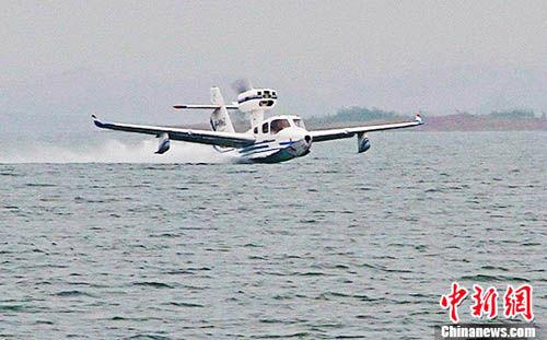 """中国""""海鸥300""""轻型水陆两栖飞机水上首飞成功"""