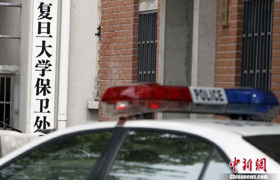 4月15日22时13分,复旦大学官方微博发布通报称,该校一医科在读研究生病重入院,警方在该生寝室饮水机内检出毒物成分,疑遭投毒,警方已基本认定同寝室同学存在嫌疑。4月16日下午,复旦大学官方微博通报:中毒入院的2010级硕士研究生黄洋同学经抢救无效,于4月16日15:23在附属中山医院去世。图为4月16日,上海警方介入调查。汤彦俊 摄