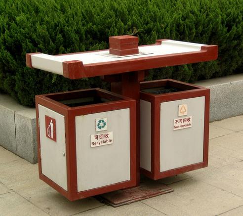 小区物业临检换上新垃圾桶