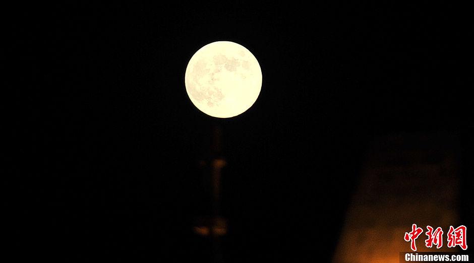 """9月19日农历八月十五中秋节,武汉一轮皎洁的圆月当空.今年的""""中"""