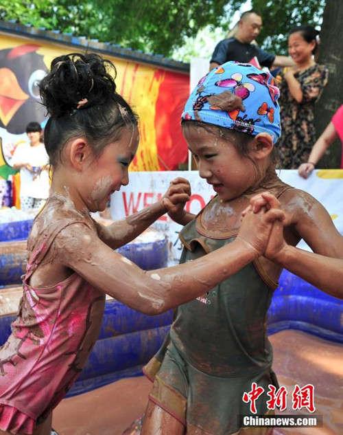 实拍:济南泥浆节比基尼美女上演摔跤大战图
