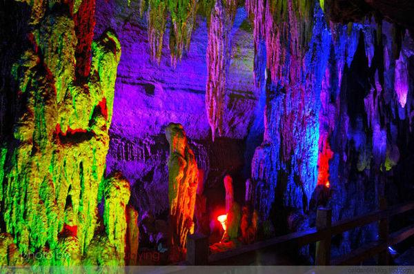 山东/在溶洞里,各色灯光把洞体里形态各异的钟乳石照的五彩斑斓,...