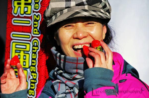 日,千龙网北京拍客的几十位拍客们齐聚第二届昌平草莓庙会,拍摄图片