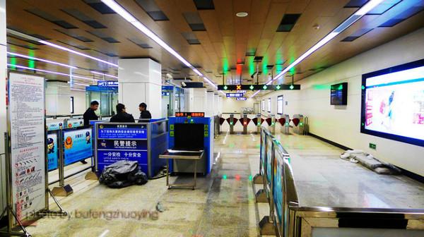 北京/连日来,北京多个地铁站已陆续更换了车站站台及车厢内部的最新...