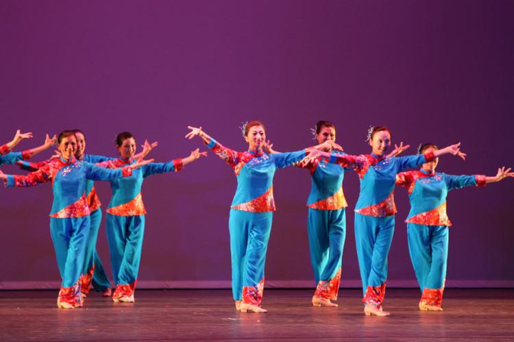 这篇文稿将在2012年10月20号和11月3号的《美洲文汇周刊》登出 2012年10月13日, 南加州金秋时节一个清朗的周六傍晚,圣盖博大剧院里座无虚席,高朋满座。众多观众,政商名流和传媒界的朋友们云集于此,观看了大家期待已久的陈进舞蹈学校第四届大型舞展成人班学员的专场表演。  晚会在著名主持人李红,高宁的主持下拉开帷幕。  图中者:曹力中 由二十位舞者表演的集体舞《我的家乡沂蒙山》首先登场。在亲切,熟悉的沂蒙小调里,舞者们充满激情又细腻到位地用胶州秧歌的舞蹈素材将齐鲁大地的风韵,柔情,温暖地呈现给观众,