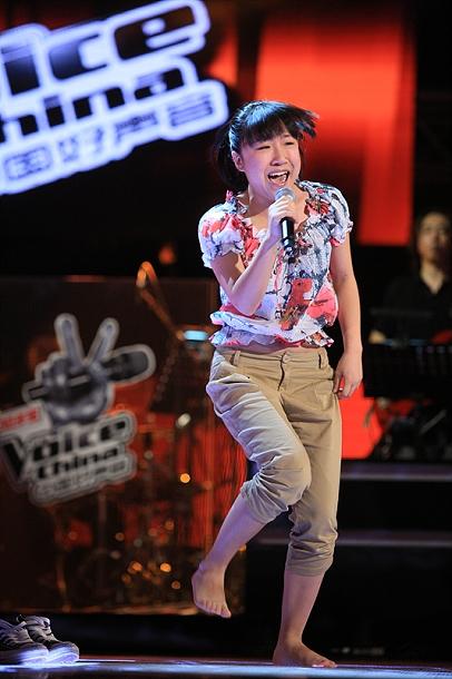 """据称来自农村的选手黄鹤表示,在台上赤脚唱歌有一种""""在家乡踩着泥土的感觉""""。"""