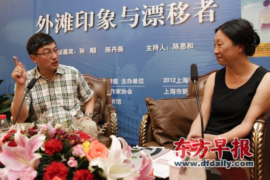 """两位上海作家陈丹燕(右)和孙颙以上海这座城市为主题,对谈""""外滩印象与漂移者""""。早报记者 高剑平 图"""