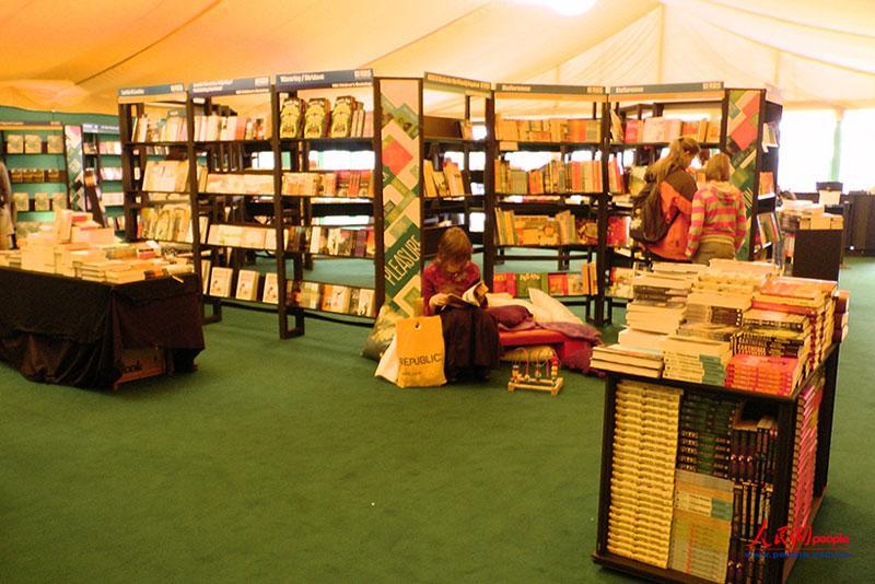儿童书区域的靠垫方便读者阅读