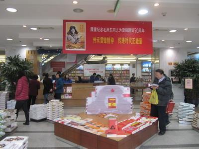 """东方书城组织志愿者前往社区""""阳光之家"""",与智障学生进行联谊,开展赠书图片"""