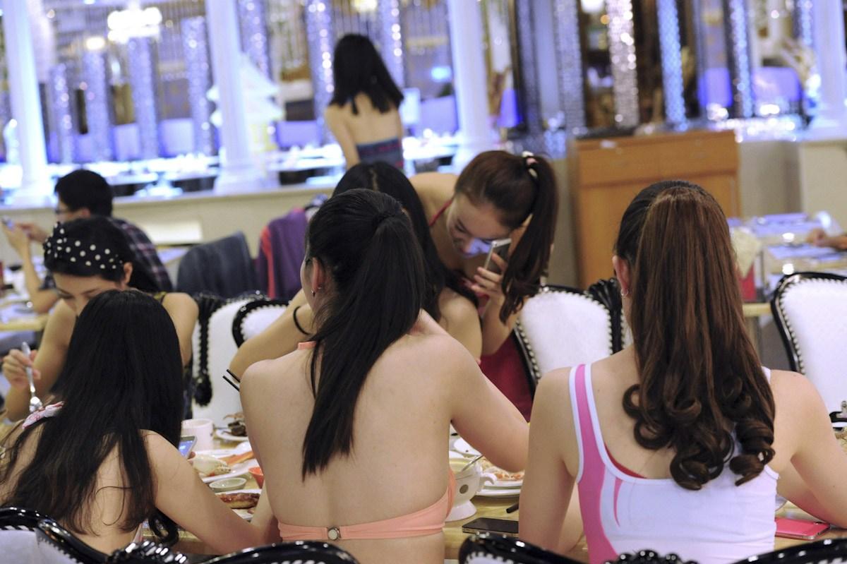 """店家同时推出""""穿比基尼吃饭免单""""的服务.吸引了无数美女大胆穿图片"""