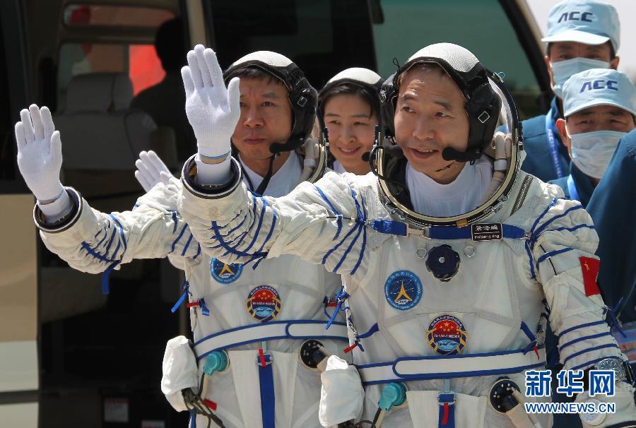 神九乘组3航天员着航天服亮相
