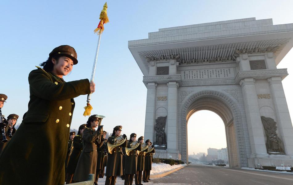 """12月12日,在位于朝鲜首都平壤的凯旋门,朝鲜人民内务军女子乐团演奏歌曲《脚步》,庆祝""""光明星3号""""卫星发射成功。当日,朝鲜宣布成功发射""""光明星3号""""卫星。"""