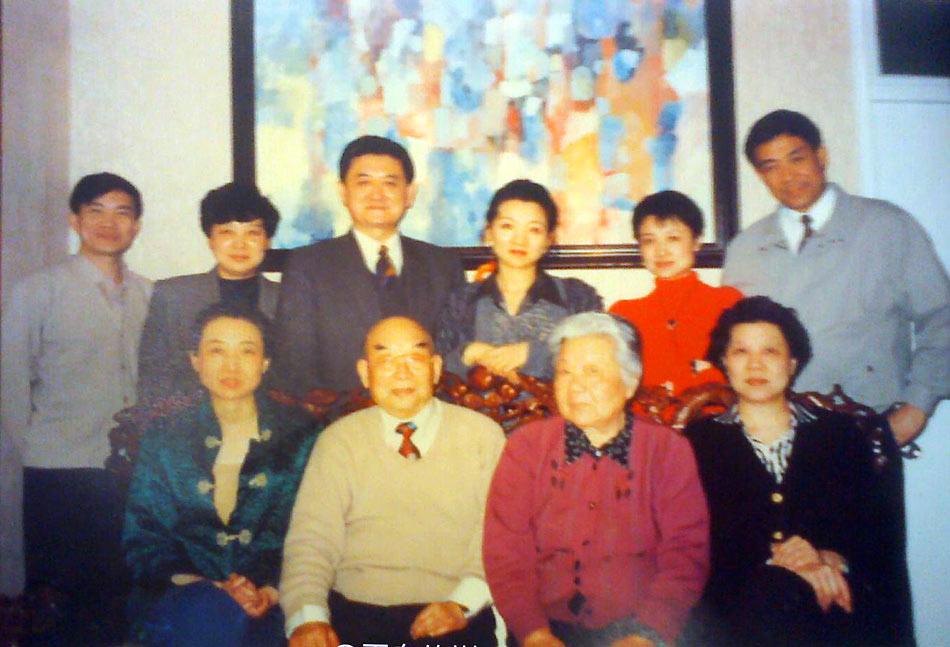 县罗村人.薄谷开来父亲.图为谷景生将军夫妇和他的女儿女婿们.图片