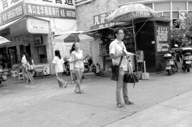 补习班盯上开学商机 海口各校门口有人狂发宣传单(责编保举:数学视频jxfudao.com/xuesheng)