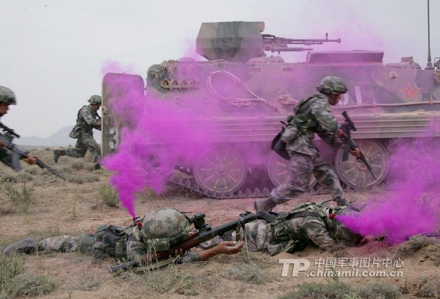 兰州军区实兵演练 坦克夜间射击犹如科幻大片