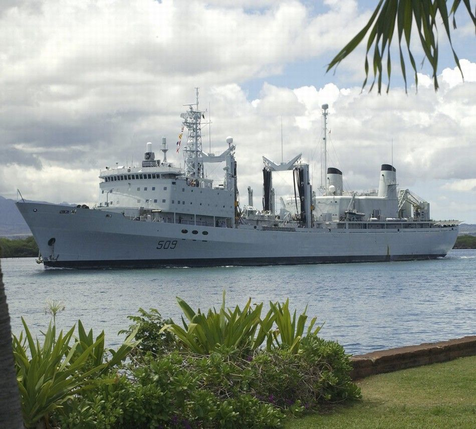 加拿大军舰相撞 驱逐舰机库侧面遭补给舰拦腰切开