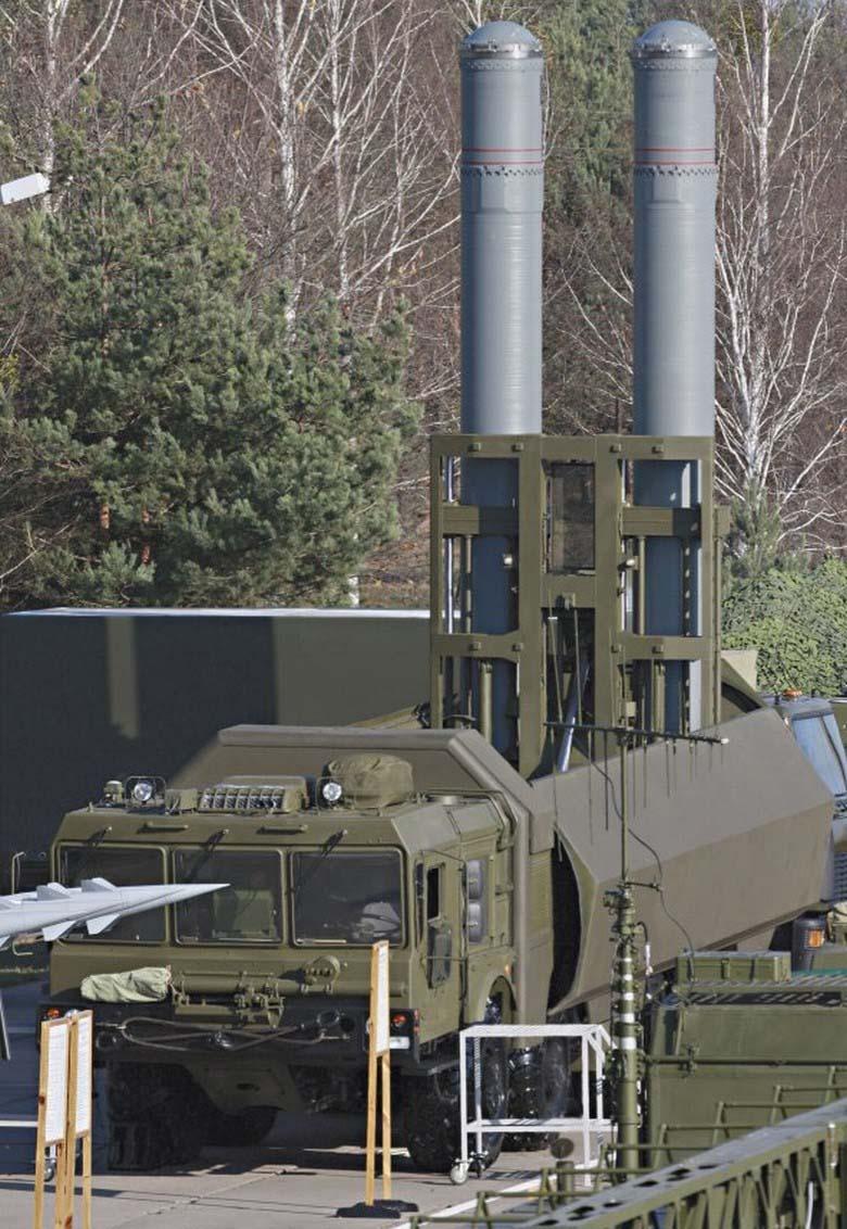 网友拍摄运输中的导弹 或为最新鹰击 18反舰导弹