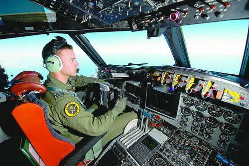 """马军/上图为3月19日,澳大利亚皇家空军飞行员拉塞尔·亚当斯驾驶""""..."""