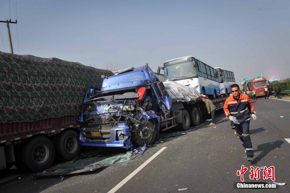 安徽合淮阜高速发生70余辆车追尾事故