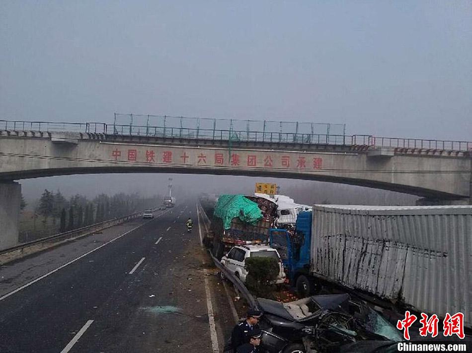 京沪高速发生连环追尾事故