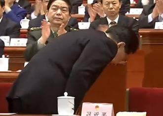 胡锦涛在人大闭幕会上起身鞠躬