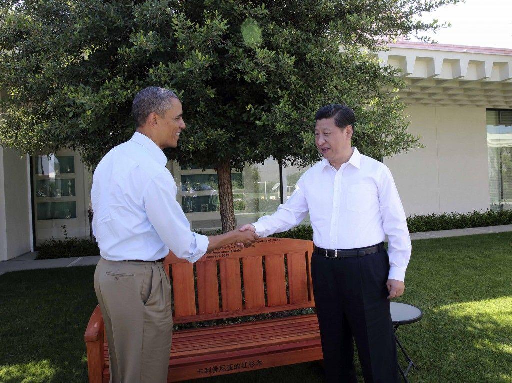 国家主席习近平8日在美国加利福尼亚州安纳伯格庄园同美国总统奥巴马举行中美元首第二场会晤。两国元首介绍了各自国内经济形势和经济政策,并就中美经济关系深入交换意见。图为二人散步途中,奥巴马将加利福尼亚州红杉木椅赠送给习近平。新华社记者 兰红光 摄
