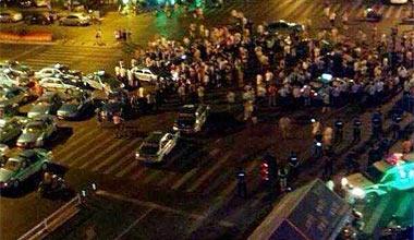 杭州一官员撞车后与人争执
