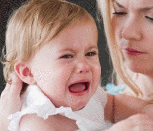 孩子一生气就满地打滚 咋办 案例:我家宝宝两岁了,平时高兴时很乖,可只要一不如愿就满地打滚。在外面和小朋友玩时抢别人的玩具、零食,没抢到,就腿一软,开始满地打滚。我该怎么办? 解答:孩子会产生这样的行为,原因主要基于两点:1.孩子曾用类似方法在家长面前获得关注或争取到利益;2.