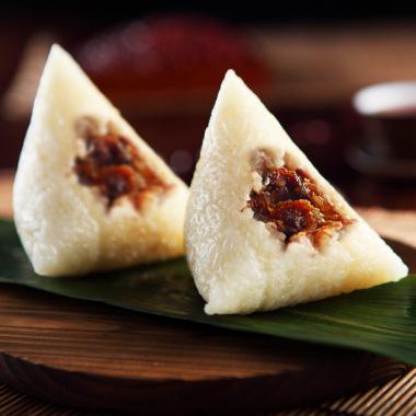 生活 美食  北京粽子个头较大,为斜四角形或三角形.