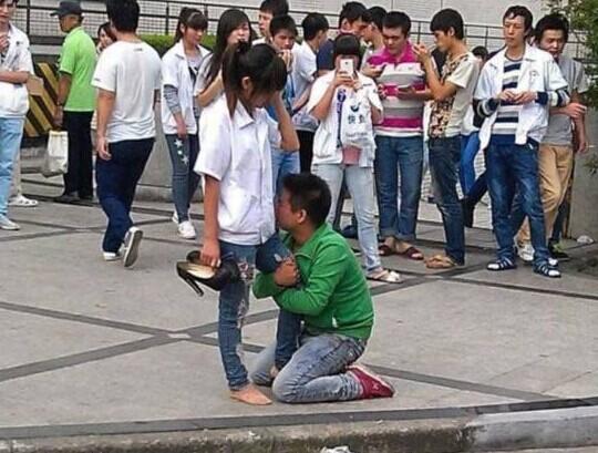 男孩下跪求爱引围观