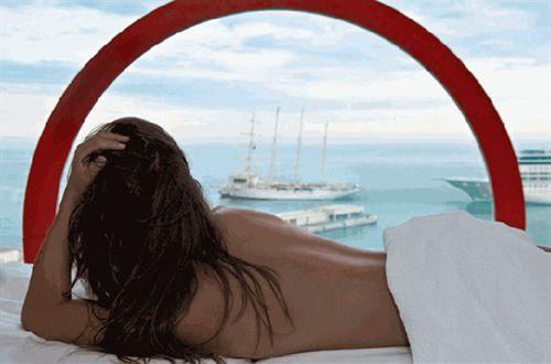 王宫外俯瞰整个港口,湛蓝的海水平静又不乏活力.   从古代腓