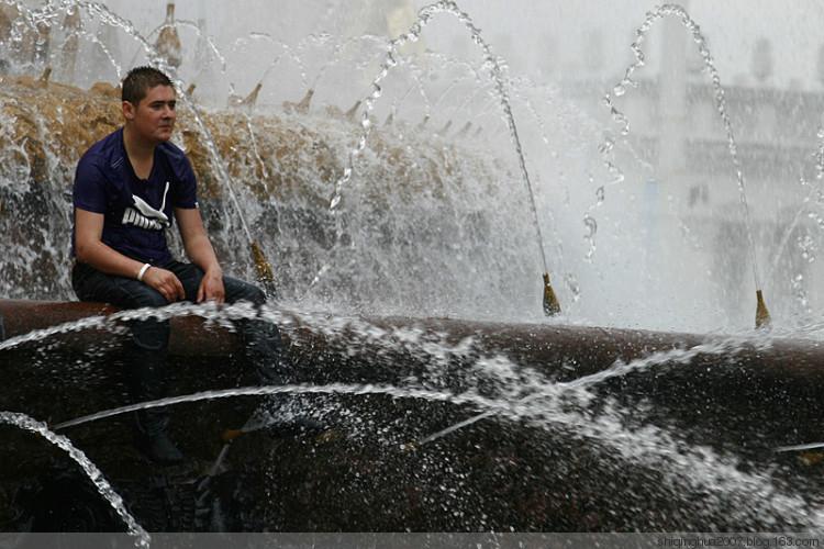 莫斯科街头俊男靓女大开激情水战 城市频道