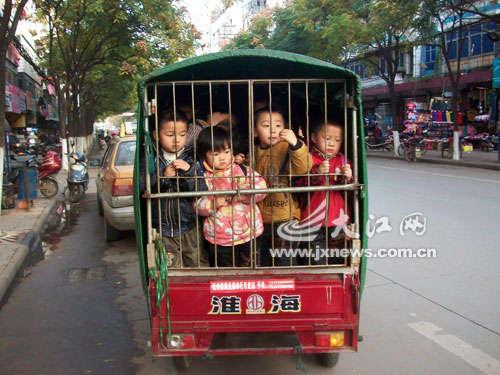 幼儿园拿电动三轮当校车 小笼子里挤12个孩子(图)