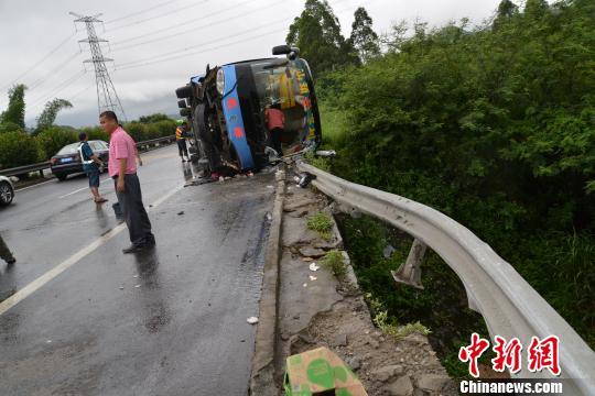 广东沈海高速惠东段一大巴侧翻 7人受伤