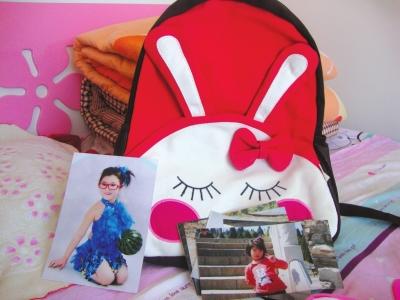 陈硕/小姨给陈硕买的新书包及其生前照片。京华时报记者怀若谷摄