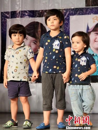 图为萌翻众人的韩国混血小童星文梅森三兄弟到场助阵 中新