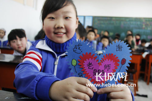 """邯郸:广平小学学生自制贺卡送""""感恩"""""""