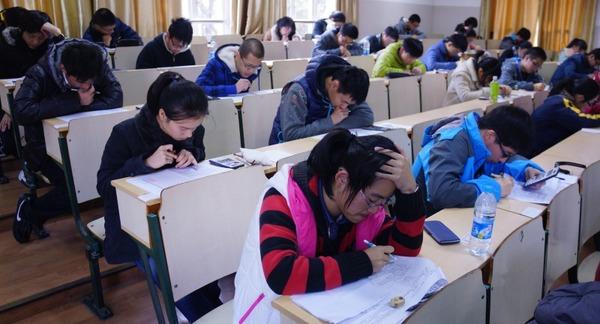 11月30日下午,2013年华理-化工杯上海市高中学生化学竞赛复赛在我校徐汇校区举行。此项赛事由华东理工大学、上海市教委教研室、上海市教育学会化学教学专业委员会联合举办。竞赛组织工作得到了市教委、各区县教育局和本市近百所中学老师的帮助和支持。 竞赛设一二三等奖,约有145名参赛的中学生将分获这些奖项。据悉,今年共有来自17个区县的4820名高中生报名参赛,经初赛进入11月30日复赛的有 969人。参加复赛人数排前三的区分别是浦东新区(132人)、黄浦区(115人)和杨浦区(81人)。  图片说明: 考场