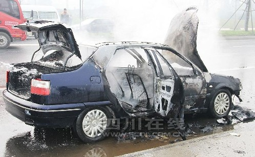 成都货运大道一辆汽车自燃高清图片