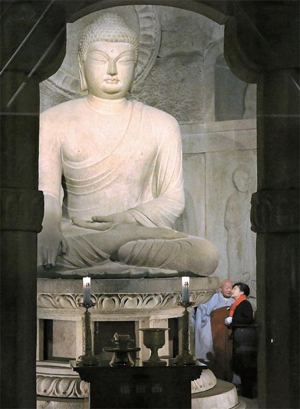 ,亲自查看本尊佛的保护状态.朴槿惠左侧是佛国寺圣宝博物馆馆长