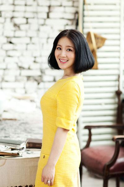 王碧儿白裙大肚写真 笑容洋溢做辣妈