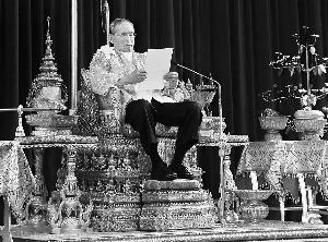 泰国国王昨日发表生日讲话.在泰国纷乱的政治生活中,普密蓬国王象